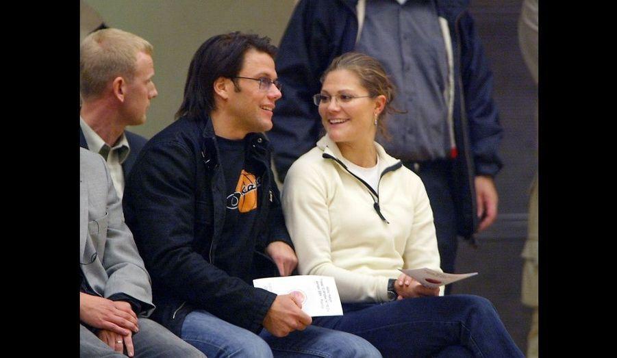 La princesse et son compagnon assistent à un match de basket de l'équipe Akropol de Stockholm contre celle d'Ockelbo, dont Daniel est supporter.