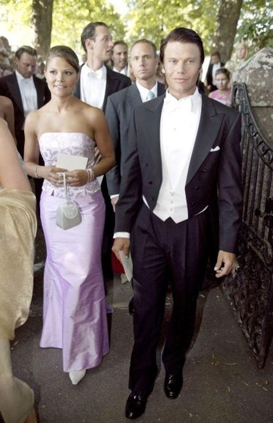 Le couple apparaît devant les photographes à l'occasion du mariage d'amis, à Gammelkil.