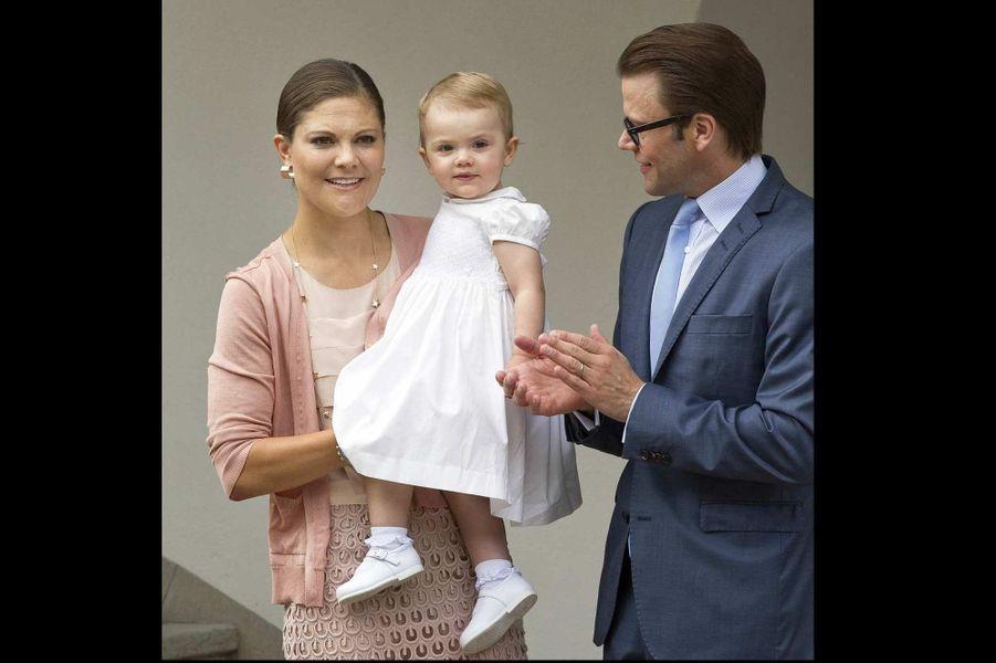 Le 14 juillet, la Suède a célébré les 36 ans de la princesse héritière et future reine Victoria. Comme chaque année, la famille royale était pour l'occasion à Solliden, sa résidence estivale située sur l'île d'Öland. Victoria et le prince Daniel, accompagnés du roi Carl Gustaf et la reine Silvia, mais surtout de leur petite princesse Estelle, 17 mois, ont comme d'habitude été chaleureusement accueillis par les locaux.