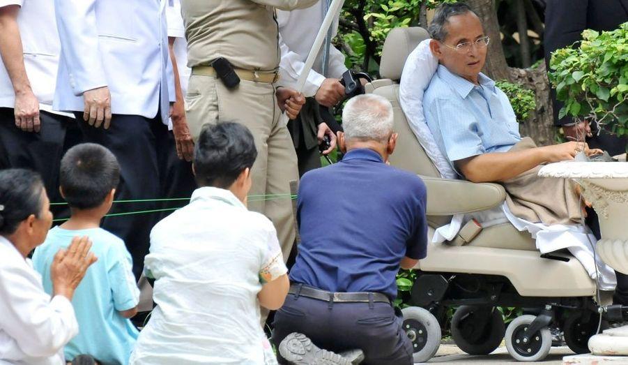 Le roi Bhumibol Adulyadej de Thaïlande a fait vendredi sa première apparition en public depuis son hospitalisation, il y a plus d'un mois, pour une infection pulmonaire, un état fiévreux et une perte d'appétit. Le monarque est venu se recueillir devant des statues de ses parents, saluant d'un geste lent de la main les centaines de sujets qui s'inclinaient à son passage.