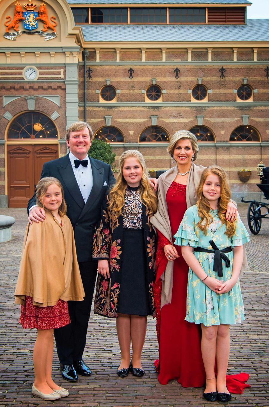 La reine Maxima, en rouge, et le roi Willem-Alexander des Pays-Bas et leurs filles à La Haye, le 29 avril 2017
