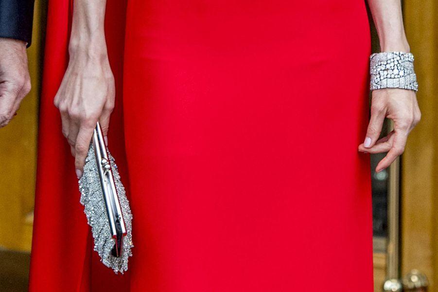 Détail de la pochette et des bracelets de la reine Letizia d'Espagne à La Haye, le 29 avril 2017