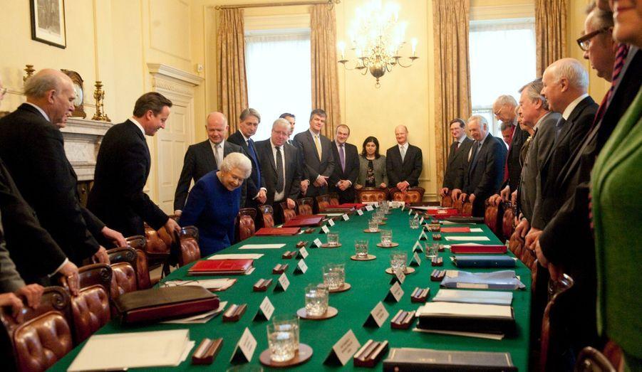 Elizabeth a décidément eu le droit à tous les honneurs pour les 60 ans de son règne. Pour la première fois depuis 1781 et le roi George III, le souverain du Royaume-Uni a assisté au Conseil des ministres. Cette visite en décembre au «10, Downing Street», le siège du Premier ministre britannique, était le dernier grand rendez-vous de son jubilé de diamant.