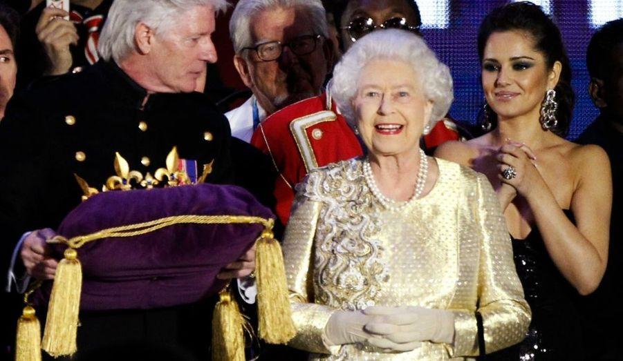 Lors de ce même concert, Elizabeth s'est montrée, une fois n'est pas coutume, très émue au point de verser quelques larmes au moment du discours de son fils - et surtout en l'absence de son mari, Philip, hospitalisé pendant les célébrations...