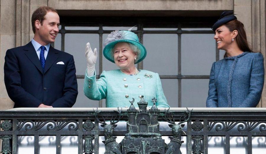 Vingt ans après l'annus horribilis, selon le mot célèbre d'Elizabeth, quinze ans après la mort de Diana qui a failli emporter la monarchie, la Couronne de Grande-Bretagne n'a jamais été aussi populaire et bien portante. Et malgré quelques ombres au tableau, l'an 2012 a été l'éclatante démonstration de ce retour en grâce, avec les Jeux Olympiques et bien évidement l'anniversaire des 60 ans de règne d'Elizabeth - un jubilé qui a mené les Windsor au tour du monde, et conduit le monde à tourner ses yeux vers le Royaume. Un succès qui est en grande partie dû à l'incroyable popularité de Kate, dont l'épanouissement en solo en a fait un membre parfaitement autonome de la famille, et dont la grossesse annoncée quelques jours avant noël a enchanté le royaume…