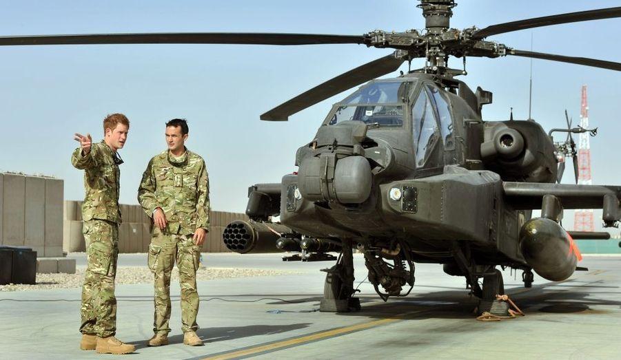 Début septembre, Harry est retourné en Afghanistan. Le prince, qui avait déjà passé 77 jours dans le pays en guerre en 2007, a été envoyé au Camp Bastion, base de l'opération Herrick 17, dans la province d'Helmand. Le «captain Wales», qui marquait les positions au sol pour les attaques aériennes il y a cinq ans, est cette fois aux commandes d'un Apache, la Rolls des hélicoptères de combat, pour une mission de quatre mois.