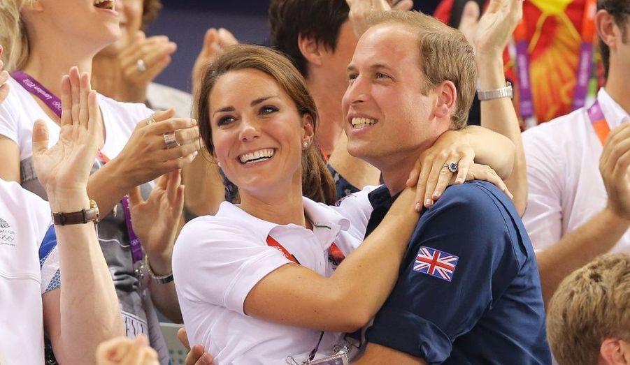 Célébrant la victoire des britanniques Chris Hoy, Philip Hindes et Jason Kenny, le prince William et Catherine ont multiplié les effusions de tendresse dans les gradins...