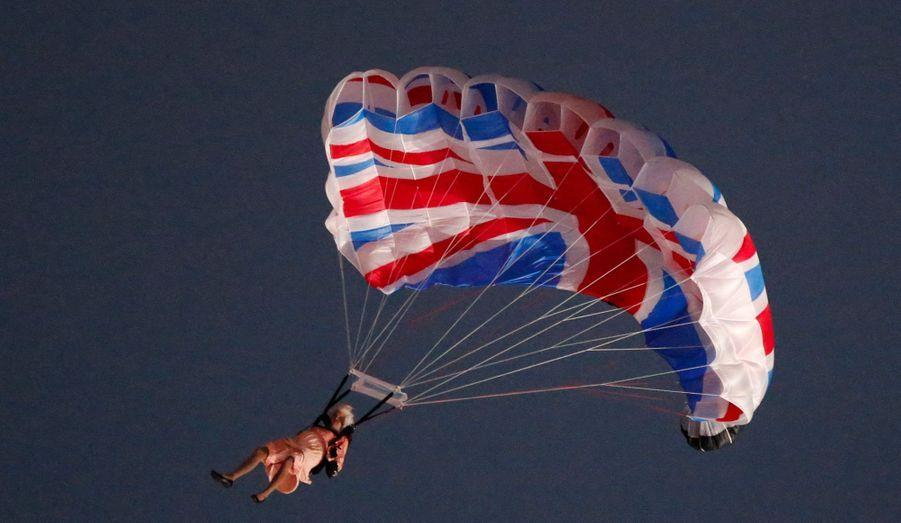 Héliportée par James Bond jusqu'au dessus du stade, la reine a sauté en parachute pour ouvrir la cérémonie des Jeux Olympiques de Londres... Une séquence à la dérision très britannique qui a surpris et amusé le monde entier.