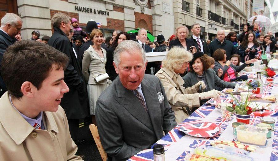 Auparavant, Charles avait pu tester sa popularité retrouvée lors d'un pique-nique à Picadilly...