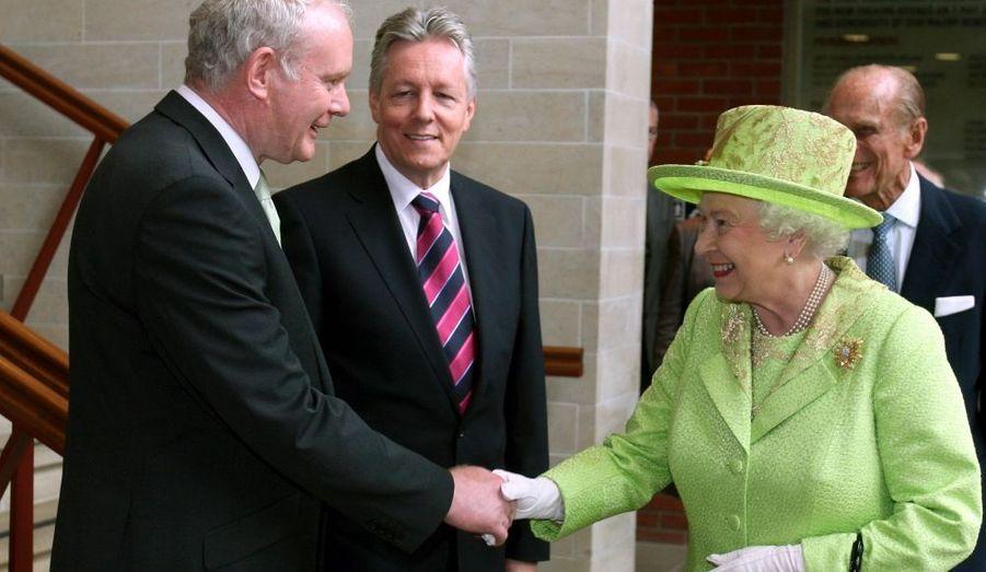 En visite fin juin à Belfast, la reine Elizabeth a serré la main de l'ancien commandant en chef de l'Ira Martin McGuinness. Le geste hautement symbolique vise à marquer la réconciliation entre communautés protestante et catholique en Irlande du Nord. Cette rencontre entre la souveraine et le numéro deux du parti nationaliste Sinn Féin (catholique) et vice-premier ministre de la province britannique, survient quatorze ans après les «accords du vendredi saint» qui ont mis fin aux violences en Irlande du Nord. Pendant près de trente ans, de 1969 à 1998, les affrontements entre les deux communautés ont fait des centaines de morts, parmi lesquels l'amiral Mountbatten, dernier vice-roi des Indes et oncle du prince Philip d'Edimbourg, le mari de la reine. Lord Mountbatten a été tué dans un spectaculaire attentat de l'Armée républicaine irlandaise en 1979, alors qu'il se trouvait à bord de son bateau au large des côtes du Donegal.