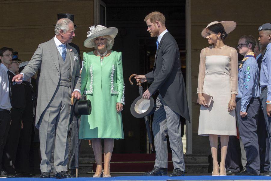 Harry et Meghan avec le prince Charles et Camilla la duchesse de Cornouailles lors d'une garden party pour les 70 ans du prince Charles au palais de Buckingham à Londres le 22 mai 2018