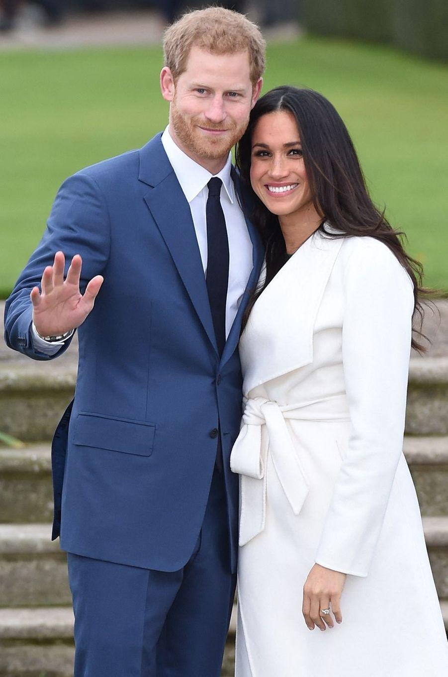Harry et Meghan lors de l'annonce de leurs fiançailles dans les jardins de Kensington le 27 novembre 2017