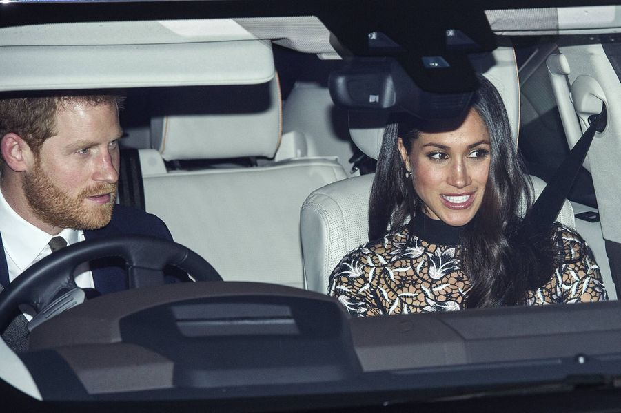 Harry et Meghan en voiture pour se rendreau déjeuner de Noël organisé par la reine au palais de Buckingham à Londres le 20 décembre 2017