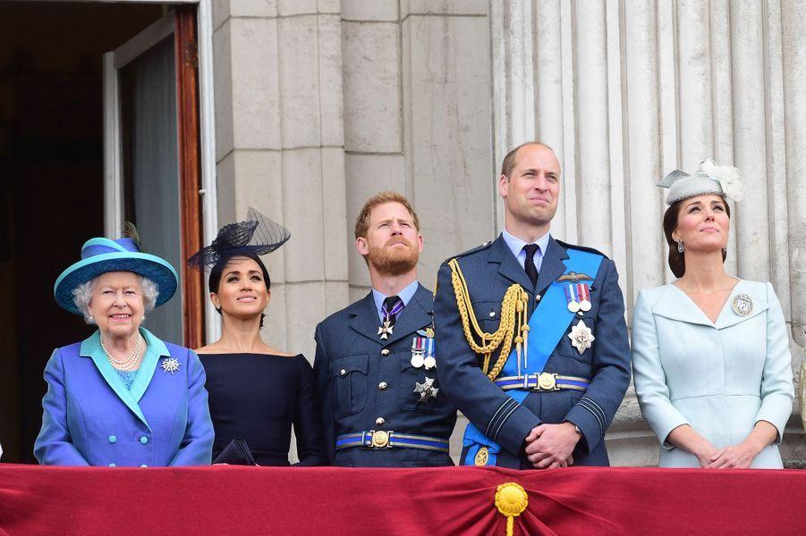 Meghan et Harry avec la famille royalelors de la parade aériennepour le centième anniversaire de la Royal Air Force au palais de Buckingham à Londres le 10 juillet 2018