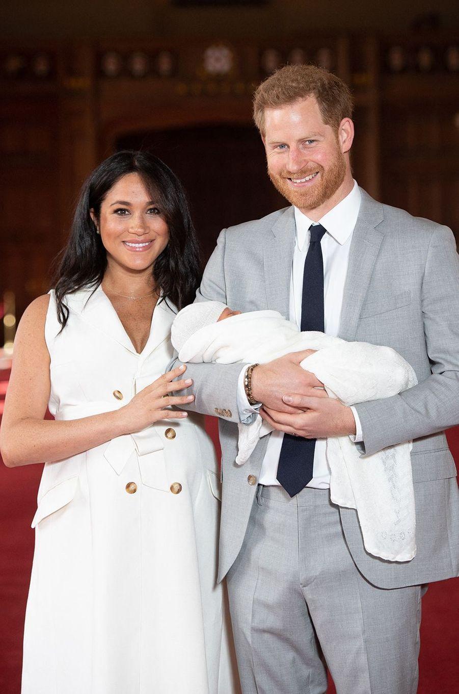 Meghan et Harry présentent leur fils Archieau château de Windsor le 8 mai 2019