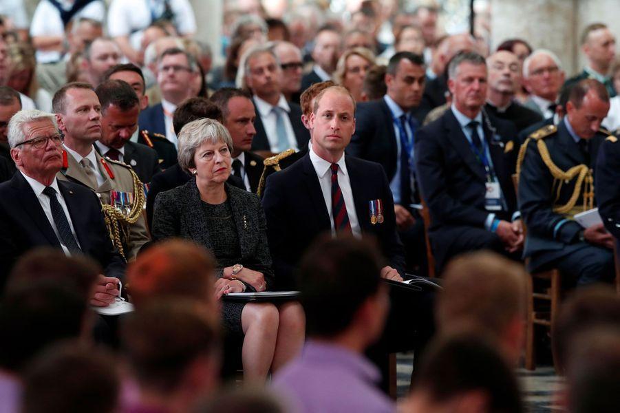 Le prince William aux côtés de Theresa May, dans la cathédrale d'Amiens.