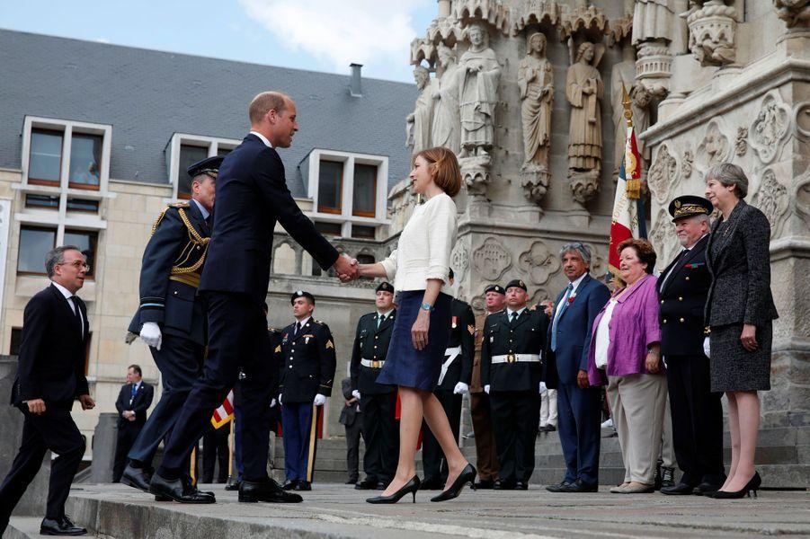Le prince William salue la ministre française des Armées, Florence Parly.