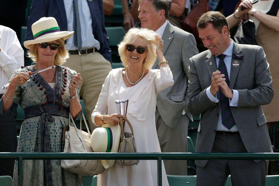 Camilla avec sa soeur Annabel Elliot et Philip Brook à Wimbledon, le 2 juillet 2015