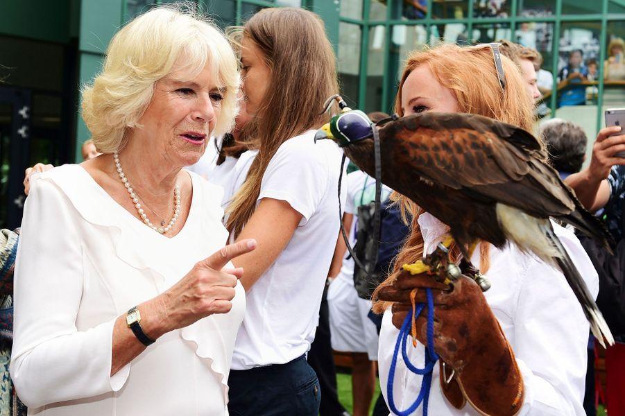 La duchesse de Cornouailles Camilla avec Rufus le faucon à Wimbledon, le 2 juillet 2015