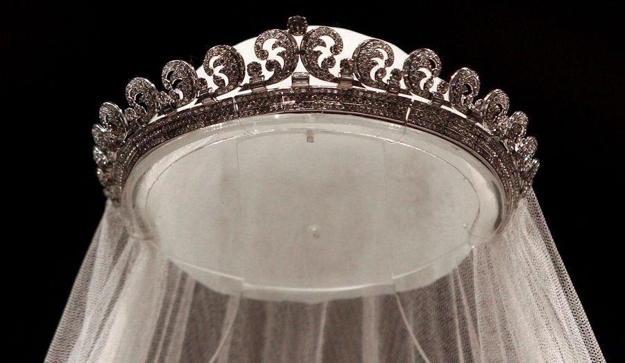 """Cheveux délicatement relevés, Kate Middleton était coiffée de la tiare Cartier baptisé """"Halo"""", transmise à la reine Elizabeth par sa défunte mère. Elle est composée de 739 diamants ronds et 149 diamants baguettes."""