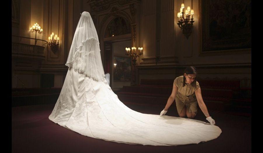"""""""Nous voulions réaliser quelque chose d'incroyablement beau et de finement travaillé, a confié Sarah Burton à l'occasion de cette rétrospective. Nous avons joué le détail, mais l'évènement se déroulant à l'abbaye de Westminster, la robe devait refléter une forte présence."""" La traîne confectionnée par la styliste britannique mesure 2,70 mètres."""