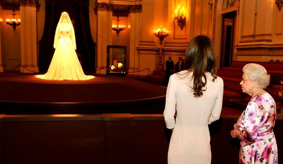 La robe de mariée de Kate Middleton s'expose à Buckingham Palace. Pour son ouverture annuelle estivale, la résidence officielle londonienne de la monarchie britannique présente les plus beaux objets de la famille royale. Et pour prolonger le rêve de l'union princière célébrée le 29 avril dernier, la tenue signée par Sarah Burton pour Alexander McQueen trônera dans cette Royal Collection du 23 Juillet au 3 Octobre 2011.
