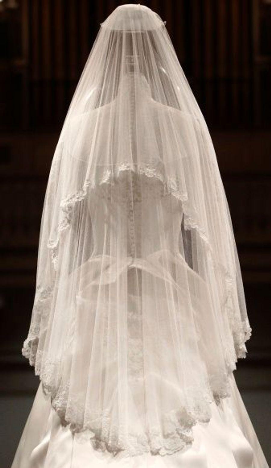 """Le voile en tulle a été bordé à la main par la Royal School of Needlework. Une création de soie dénuée de fioritures pour conférer une """"touche de romantisme"""" à la robe, selon les dires de la styliste."""