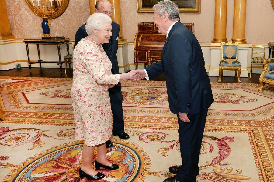 Le reine Elizabeth II et le prince Philip avec le président allemand Joachim Gauck à Londres, le 1er juin 2016