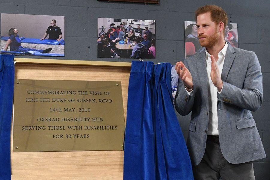 Le prince Harry, duc de Sussex, visite un centre pour personnes handicapées à Oxford le14 mai 2019