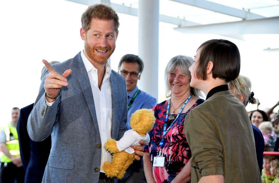 Le prince Harry, duc de Sussex, visite un hôpital pour enfants à Oxford, le 14 mai 2019