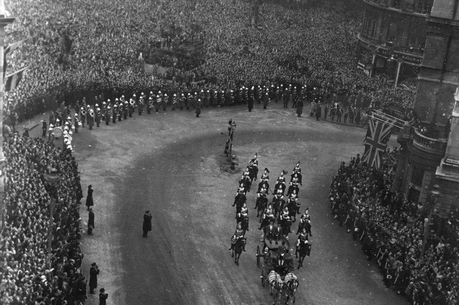La foule massée pour suivre le cortège royal à Londres, le 20 novembre 1947, jour du mariage de la princesse Elizabeth et du prince Philip