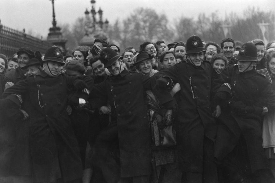 La foule massée pour voir le cortège royal à Londres, le 20 novembre 1947, jour du mariage de la princesse Elizabeth et du prince Philip