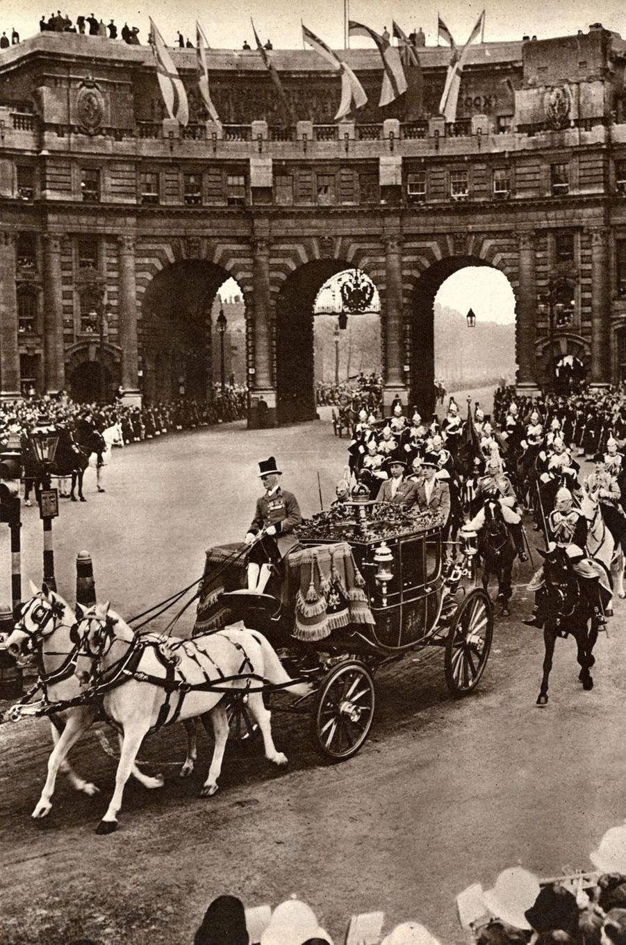Le cortège royal à Londres, le 20 novembre 1947, jour du mariage de la princesse Elizabeth et du prince Philip