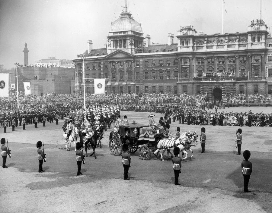 La reine Elizabeth II, la Queen Mum et le prince Charles quittent le palais de Buckingham, le 6 mai 1960