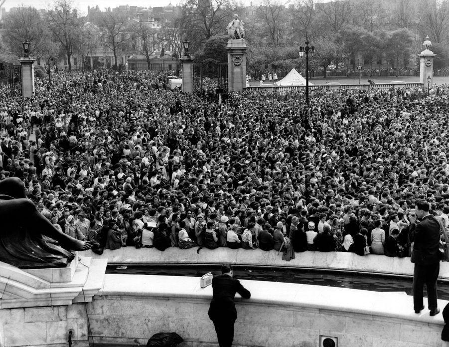 La foule devant le palais de Buckingham pour voir les jeunes mariés au balcon, le 6 mai 1960
