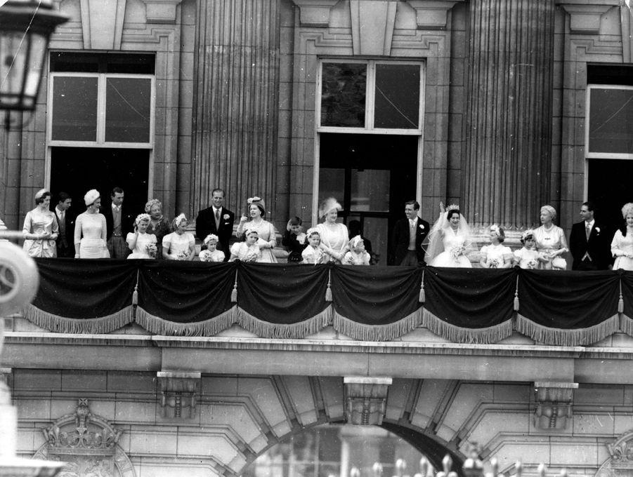 La princesse Margaret d'Angleterre et Antony Armstrong-Jones, le 6 mai 1960 jour de leur mariage, au balcon du palais de Buckingham avec leurs familles