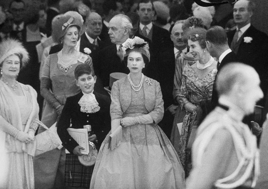 La reine Elizabeth II avec la Queen Mum et le prince Charles au mariage de la princesse Margaret, le 6 mai 1960