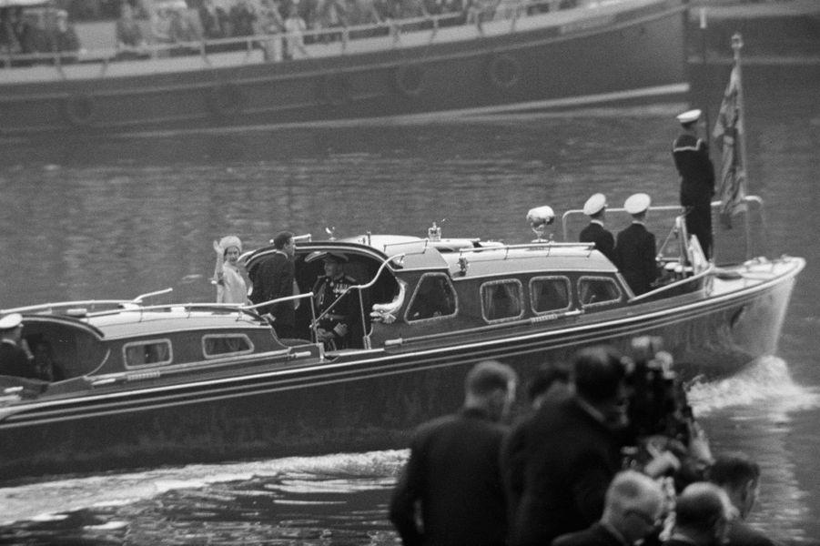 """La princesse Margaret et Antony Armstrong-Jones vont rejoindre le """"Britannia"""" pour leur lune de miel, le 6 mai 1960"""