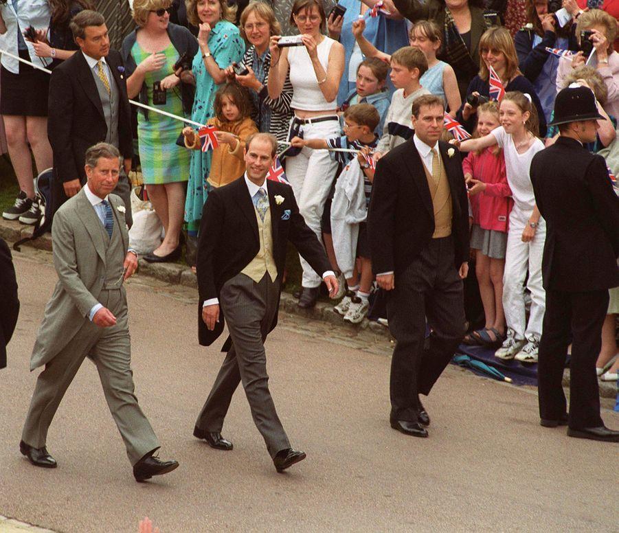 Le prince Edward encadré de ses frères les princes Charles et Andrew à Windsor, le 19 juin 1999