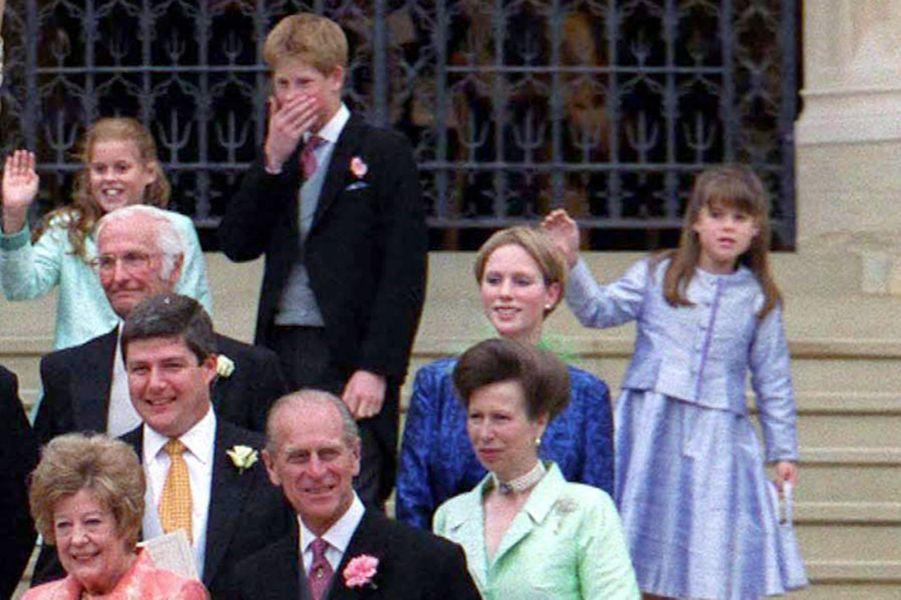 Au dernier rang, le prince Harry encadré de ses cousines les princesses Beatrice et Eugenie d'York, à Windsor le 19 juin 1999