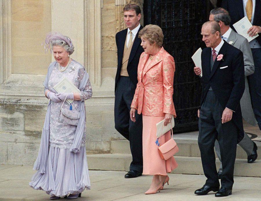 La reine Elizabeth II, les princes Philip, Charles et Andrew avec la mère de Sophie Rhys-Jones à Windsor, le 19 juin 1999