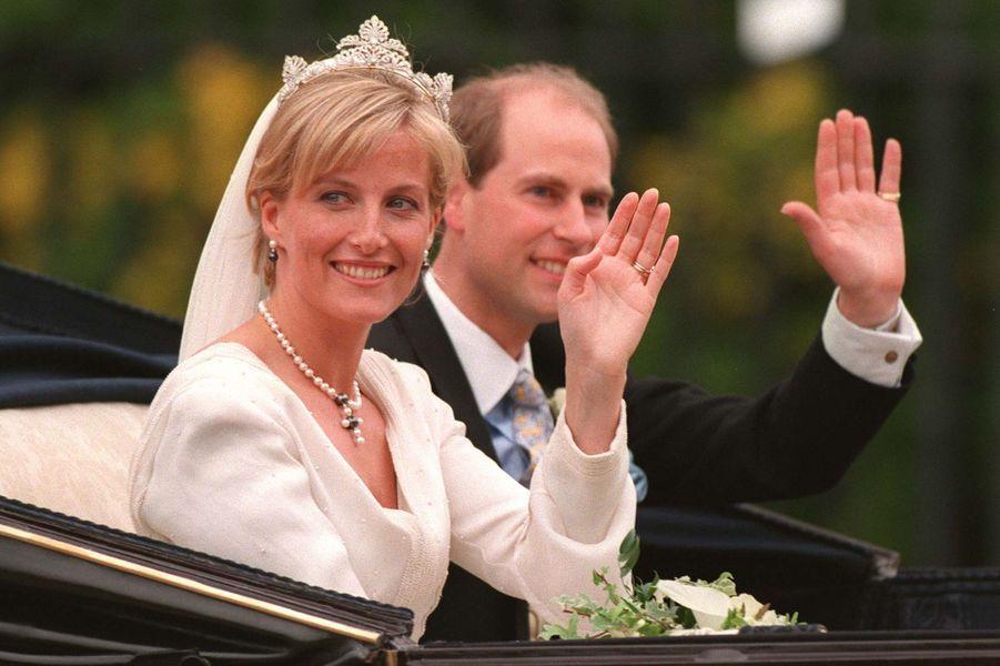 Sophie Rhys-Jones et le prince Edward le jour de leur mariage à Windsor, le 19 juin 1999