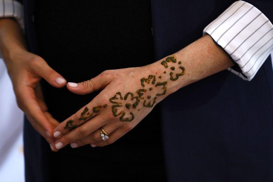 Zoom sur le tatouage au henné de Meghan Markle en visite à Asni au Maroc le 24 février 2019