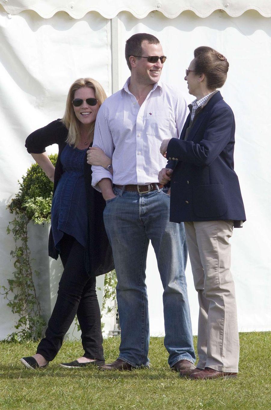 Peter Phillips et Autumn, enceinte d'Isla, avec la princesse Anne, le 25 mars 2012