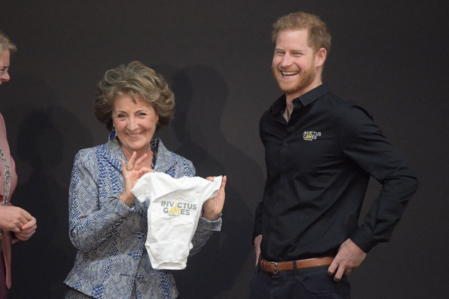 Le prince Harry en visite à La Haye, aux Pays-Bas, pour les préparatifs des Invictus Games, le 9 mai 2019. Ici avecMargriet des Pays-Bas.