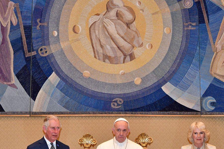 Le prince Charles et la duchesse de Cornouailles Camilla avec le pape François au Vatican, le 4 avril 2017