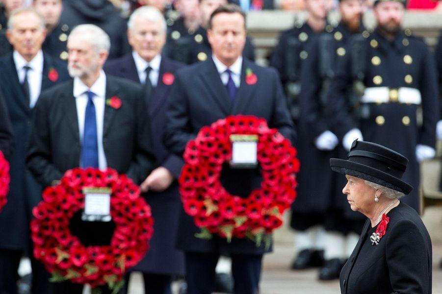 La reine Elizabeth II, avec David Cameron, au Cénotaphe à Londres, le 8 novembre 2015