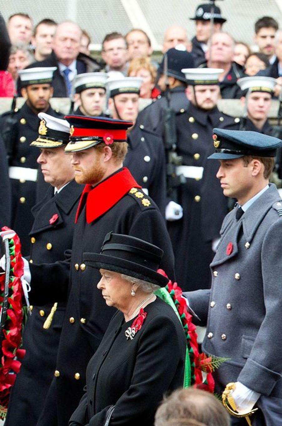 La reine Elizabeth II et les princes Andrew, Harry et William au Cénotaphe à Londres, le 8 novembre 2015