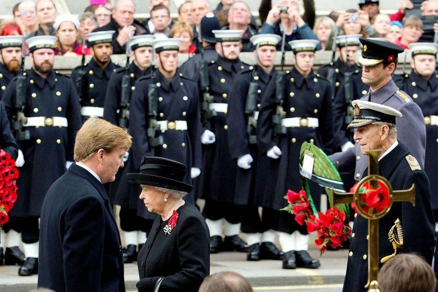La reine Elizabeth II, le roi Willem-Alexander des Pays-Bas et le prince Philip au Cénotaphe à Londres, le 8 novembre 2015