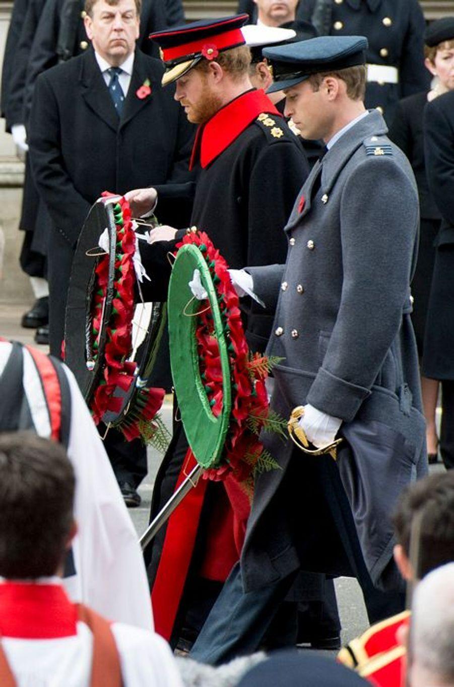 Les princes Harry et William au Cénotaphe à Londres, le 8 novembre 2015